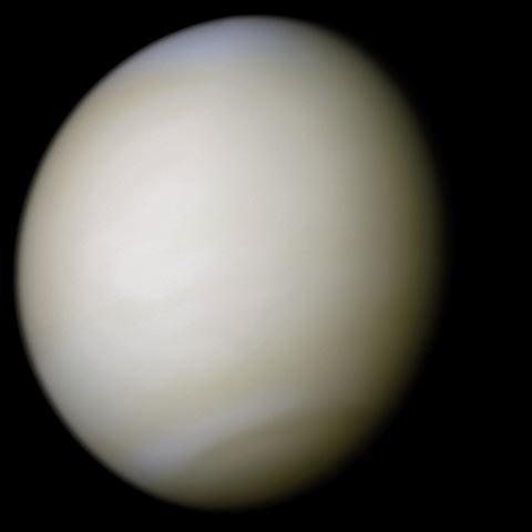 נוגה כיום. האטמוספרה הצפופה מקשה מאוד לראות את פני השטח. קרדיט: NASA