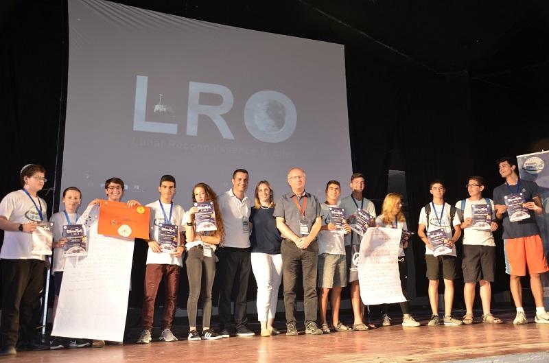"""הקבוצות המנצחות, יחד עם מעניקי הפרס: יגאל הראל, מנהל פרויקט SpaceIL, שרי ברוש רכב, סמנכ""""לית SpaceIL ורן ליבנה, מנכ""""ל קרן רמון"""