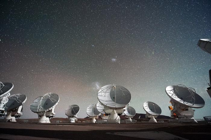 מערך הטלסקופים ALMA בצ'ילה, אחד מתשעת מערכי טלסקופים ברחבי העולם שמשתתפים בפרויקט. צילום: ESO/C