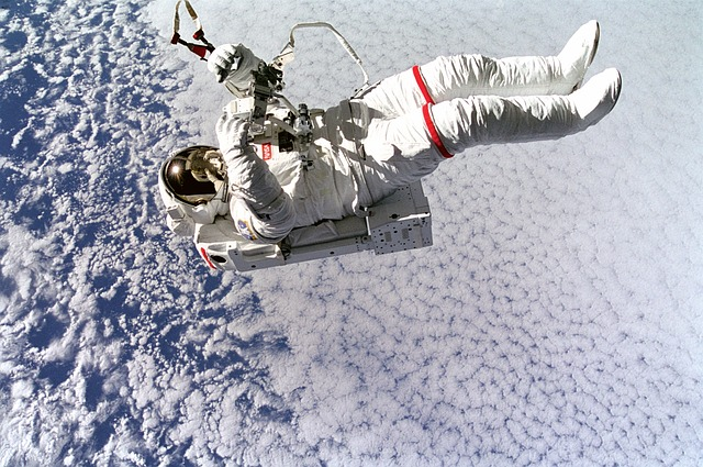אסטרונאוט צף בחלל
