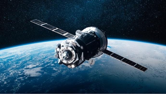 הדמיה של לוויין במסלול סביב כדור הארץ. תהליך מסורבל, ארוך ויקר. קרדיט: Microsoft Azure