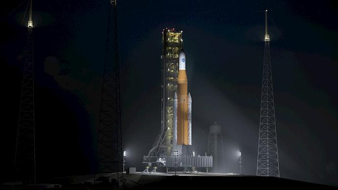 """ה-SLS של נאס""""א על כן השיגור. חדי העין יבחינו שמדובר, בינתיים, בהדמיה ממוחשבת בלבד. קרדיט: נאס""""א"""