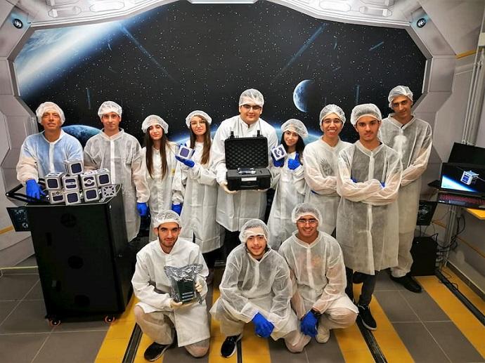 תלמידים בפרויקט פיתוח הלווין 'גליל 1' במעבדת החלל במכללה האקדמית להנדסה אורט בראודה