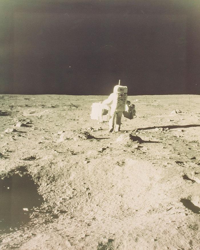 תמונה פחות ידועה של באז אלדרין, סוחב ציוד על פני הירח | NASA