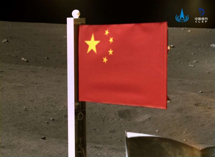 דגל סין מונף על הירח ב-2020. קרדיט: CNSA