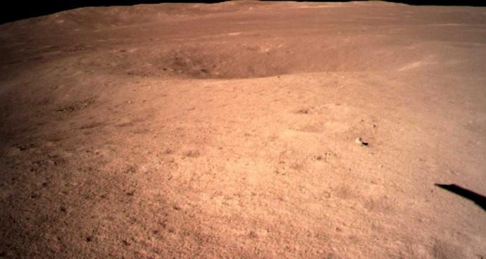 התמונה הראשונה בהיסטוריה של פני השטח של הירח מצדו הרחוק, כפי שצולמה על ידי צ'נגאה 4 בינואר 2019. קרדיט: CNSA