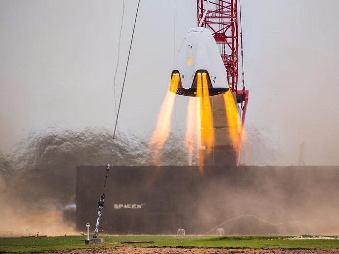 קפסולת הדרגון במהלך ניסוי ב-2015. שנים של הכנות מתנקזות לשיגור המאויש ברביעי. קרדיט: SpaceX