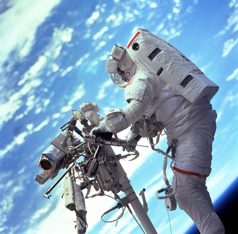 הליכת חלל מחוץ לתחנת החלל הבינלאומית   NASA