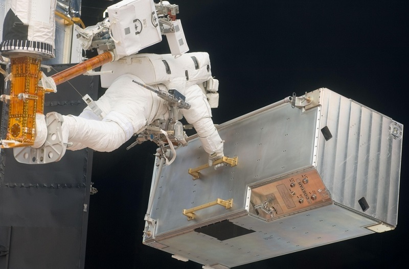 גם המשאות הכבדים ביותר הם חסרי משקל בהליכת חלל   NASA
