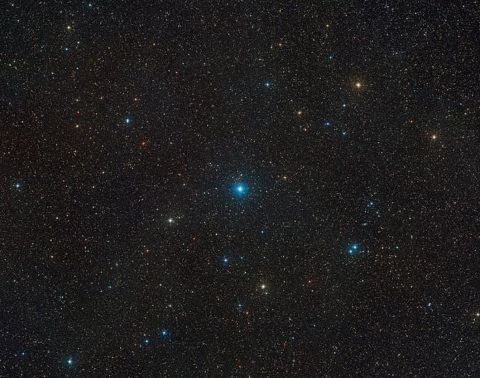 האזור בשמים שבו נמצא HR 6819. איפשהו ליד הכוכב הכחלחל במרכז ישנו חור שחור. קרדיט: ESO/Digitized Sky Survey 2. Acknowledgement: Davide De Martin
