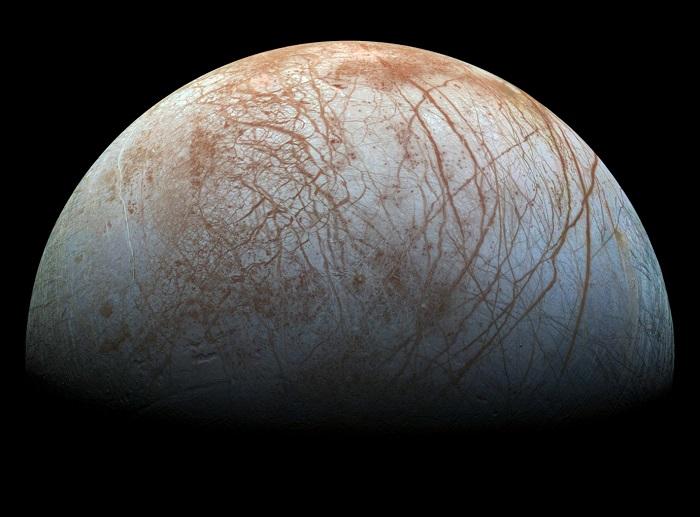 ירח הקרח אירופה, שלפי הערכות, האוקיינוס התת-קרקעי שבו מכיל יותר מים מכל האוקיינוסים בכדור הארץ יחד | צילום: NASA
