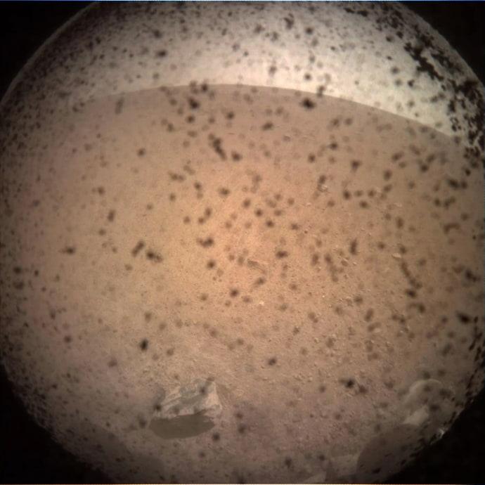 התמונה הראשונה של מאדים שצולמה על ידי אינסייט, לאחר הנחיתה. קרדיט:  NASA/JPL-Caltech