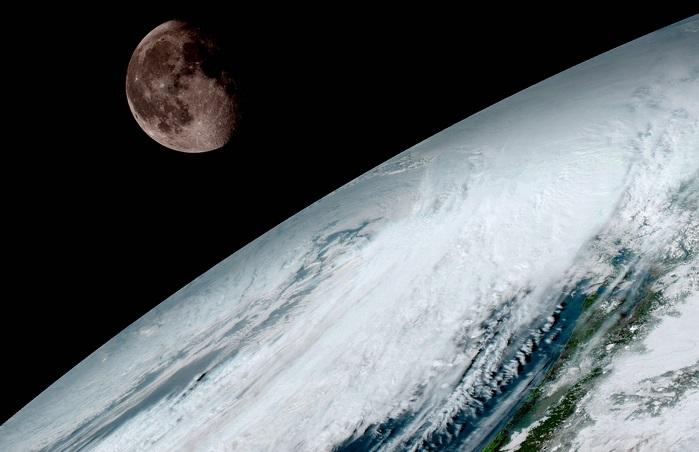 הירח מעל אופק כדור הארץ | צילום: NOAA/NASA