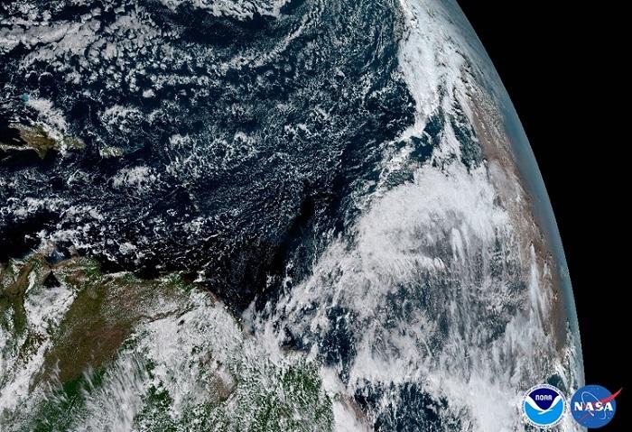 בקצה הימני האטמוספרה רוויה באבק מדבר סהרה, תנאים בעלי השפעה על היווצרות סופות ציקלון באזורים טרופיים במזרח | NOAA/NASA