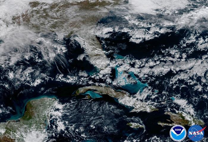 המים בכחול בהיר יותר, הם המים הרדודים סביב האיים הקריביים | צילום: NOAA/NASA