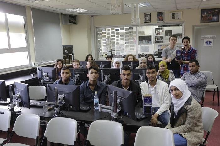 תלמידים מקבוצת מרכז המדעים הרצליה עם תלמידים מבית הספר למצויינות במדעים של הפזורה הבדואית, עאהד