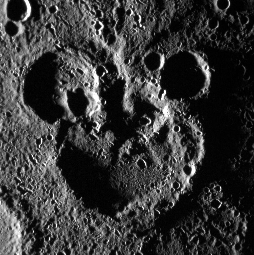 מכתשים על כוכב חמה. גם לכם זה מזכיר דמות מצוירת כלשהי? | קרדיט: NASA/Johns Hopkins University/Carnegie Inst