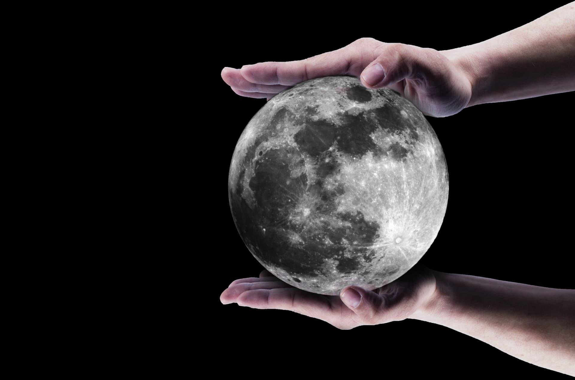 הירח בכף ידכם