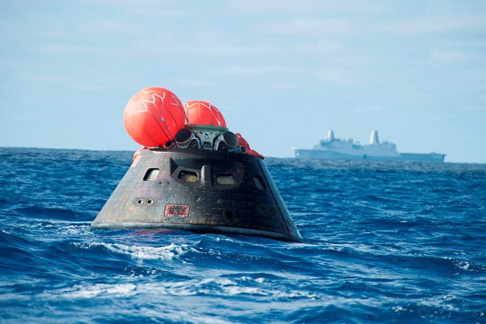 מעבורת החלל אוריון צפה במימי האוקיינוס השקט לאחר טיסת הבכורה שלה ב-2014 | צילום: NASA