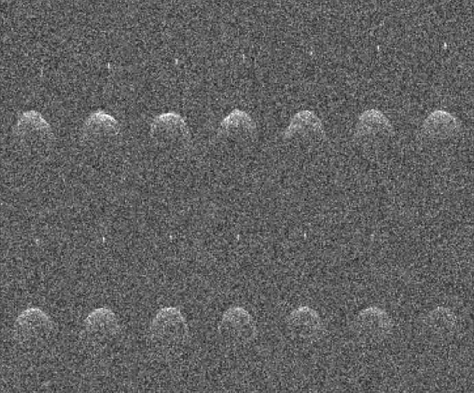 סדרה של תמונות רדאר המראות את דידימוס ודידימון במצבים שונים, כפי שצולמו ב-23, ב-24 וב-26 בנובמבר 2003 על ידי מצפה הכוכבים ארסיבו. קרדיט: NASA