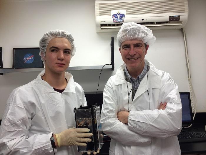 דניאל פורטנוי, מהנדס ומנטור בתכנית דוכיפת 2, ואיתי גרסטן, תלמיד ומהנדס מערכת בפרויקט