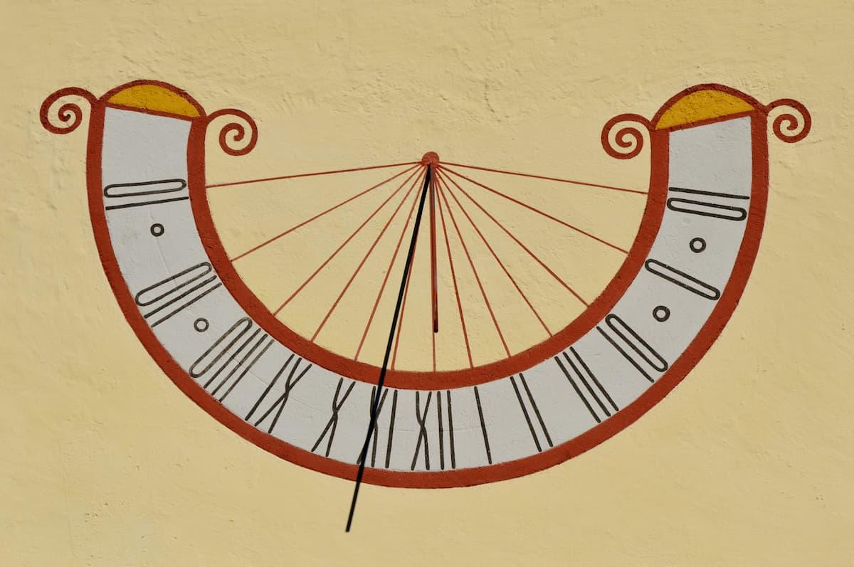 שעון שמש מצויר על קיר