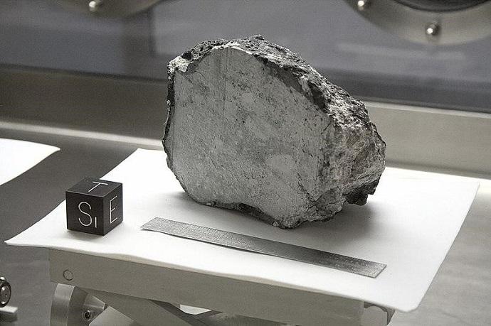 אחד מסלעי הירח המוצגים בכספת דוגמיות הירח במרכז החלל יוסטון. הוא דומה מאוד לסלעים בכדור הארץ – אבל לא זהה. קרדיט: OptoMechEngineer
