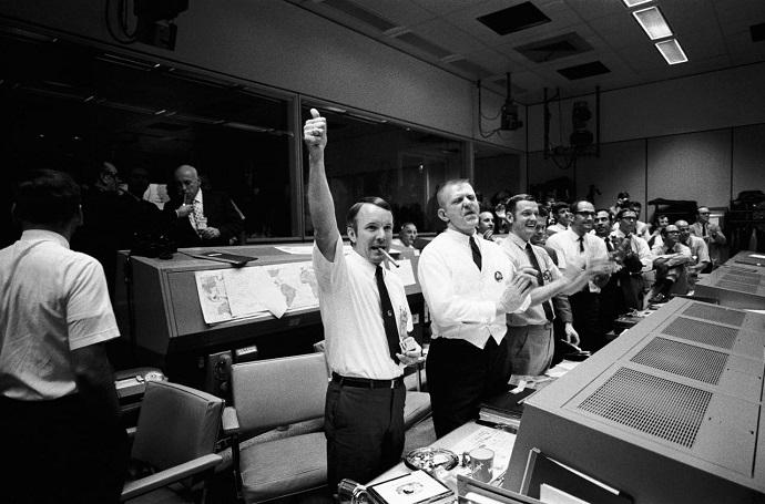 צוות חדר הבקרה חוגג את הצלחת הצלת האסטרונאוטים באפולו 13. קרדיט: NASA