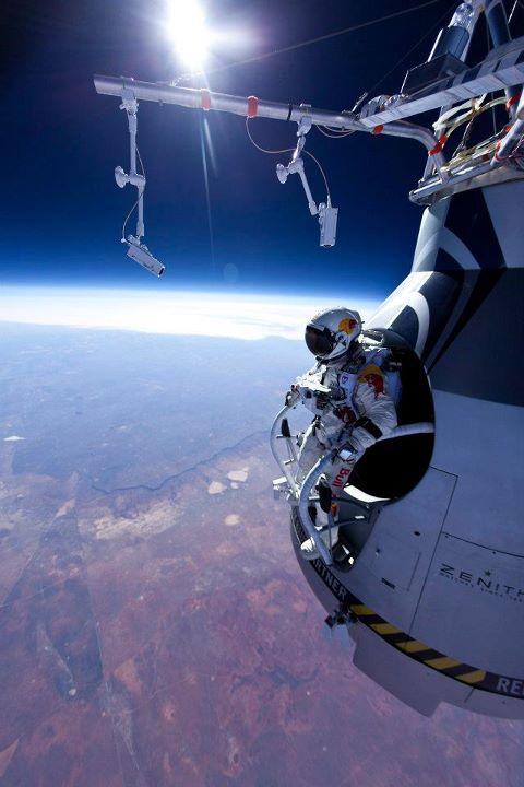 אסטרונאוט יוצא להליכת חלל   NASA