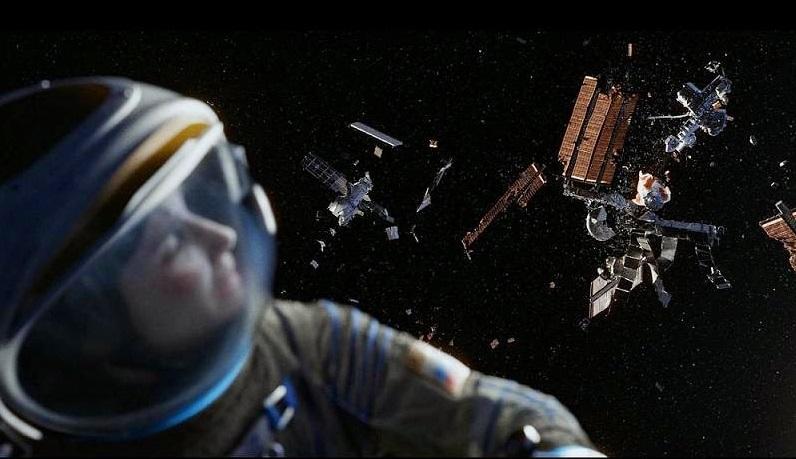"""סנדרה בולוק על רקע תחנת החלל הבינלאומית המתפרקת בסרט """"כוח משיכה"""". הסרט הוליוודי, אבל הסכנה ממשית."""