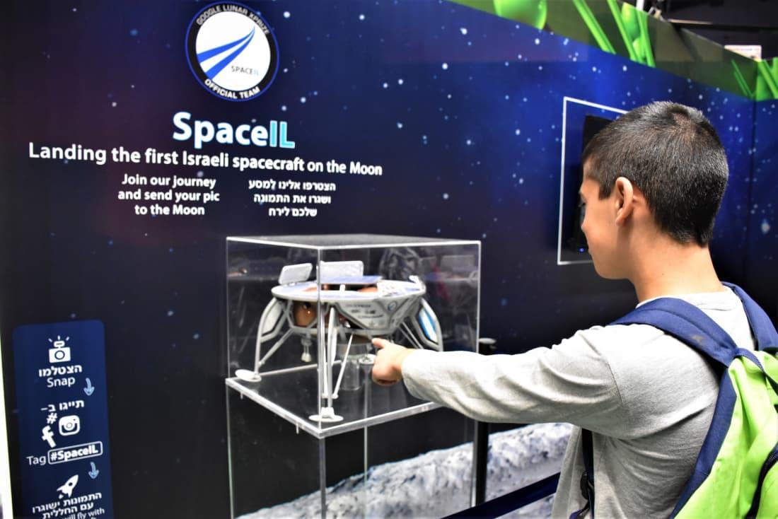 תלמיד מצביע על דגם החללית