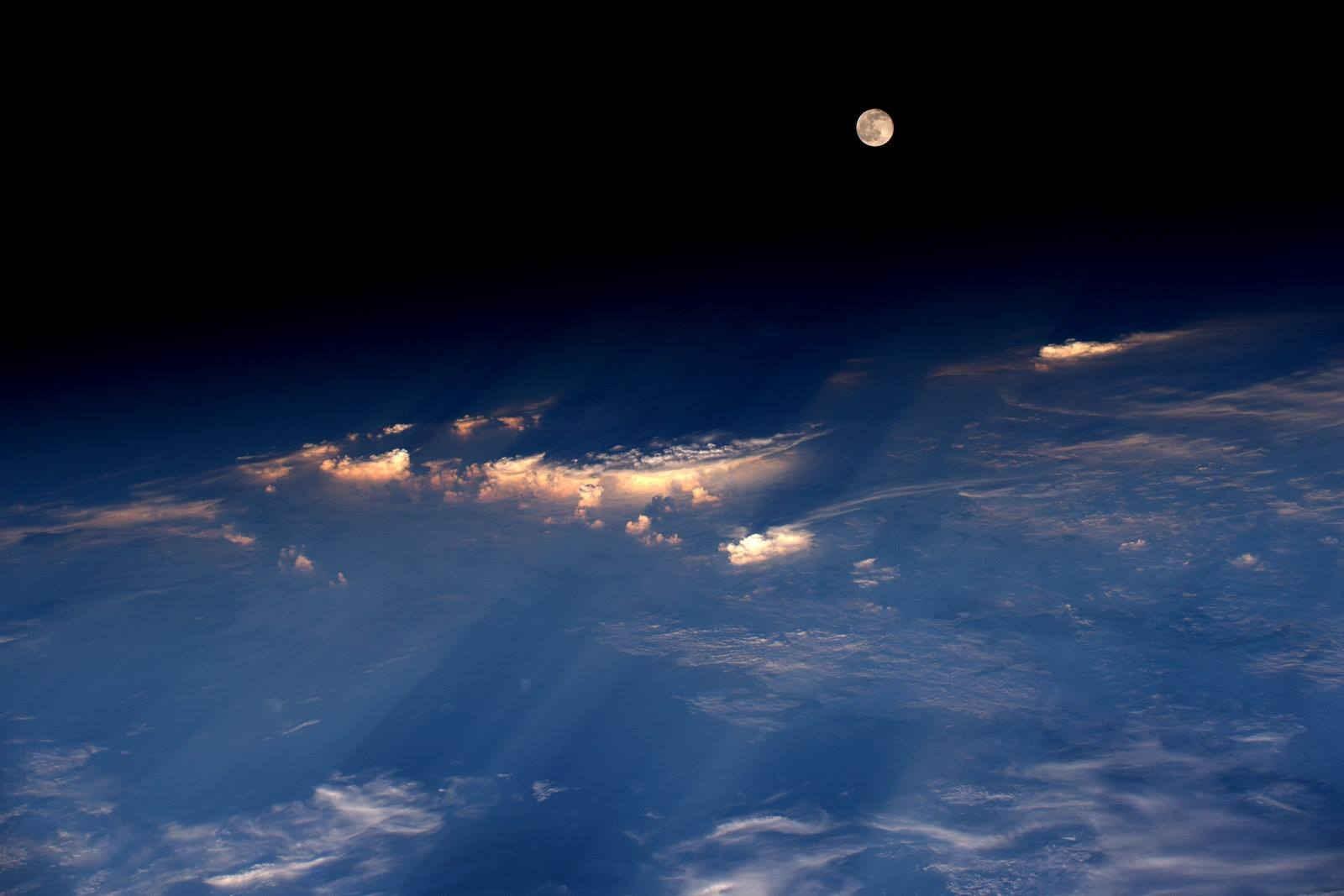 הירח מתחנת החלל הבינלאומית, במעופה מעל סין | Jeff Williams/NASA
