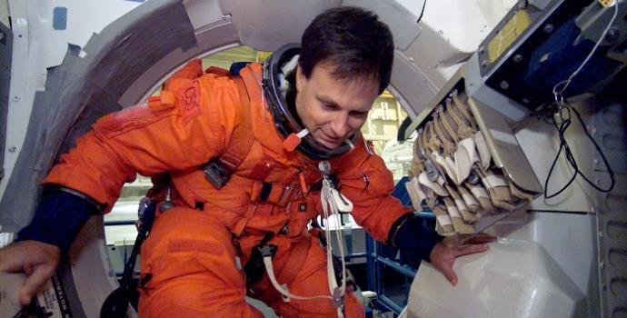 אילן רמון במעבורת החלל קולומביה   צולם על ידי צוות הקולומביה