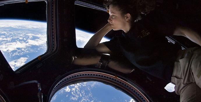 האסטרונאוטית טרייסי קולדוול דייסון חושבת מחשבות נוגות בעודה נופלת נפילה חופשית