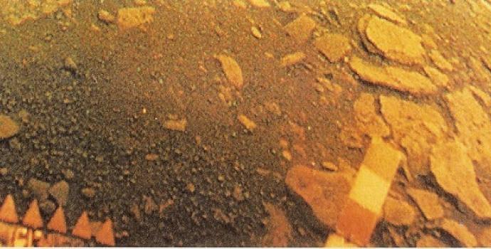 פני השטח של נוגה, כפי שצולמו על ידי ונרה 13 ב-1981. קרדיט: רוסקוסמוס/Lenny Flank