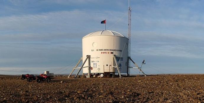 הדגל של פסקל לי על תחנת Flashline של אגודת מאדים. Brian Shiro