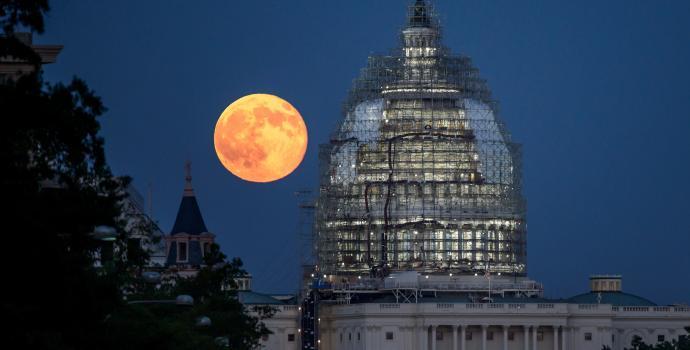 רצוי שלא ללכת שולל אחר תמונות כאלה, שעושות שימוש באשליה אופטית כדי להגדיל את הירח עוד יותר. קרדיט: NASA/Bill Ingalls