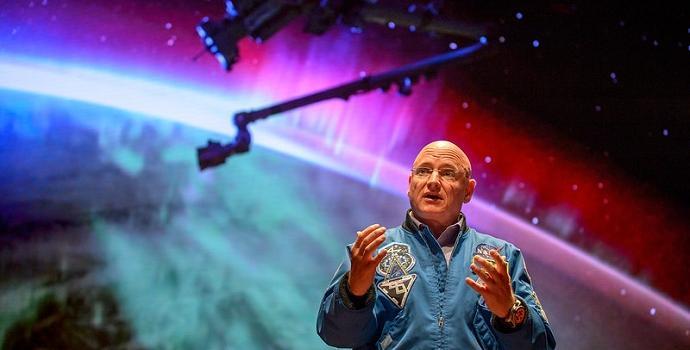 סקוט קלי בהרצאה בוושינגטון לאחר חזרתו משהותו שנה בחלל