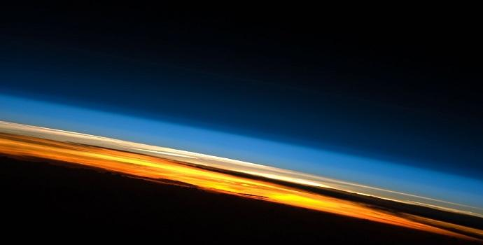 """השכבות השונות של האטמוספרה נראות בבירור מהחלל. קרדיט: נאס""""א"""