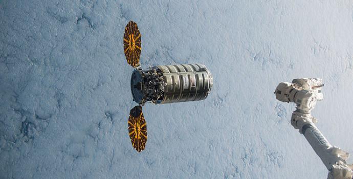 הזרוע הרובוטים של תחנת החלל הבינלאומית נשלחת אל חללית המשא Cygnus