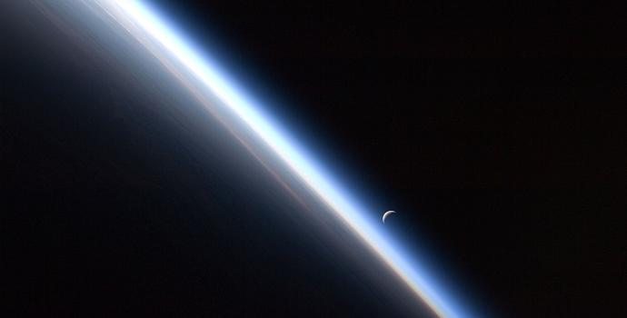 אטמוספרת כדור הארץ מהחלל. קרדיט: NASA