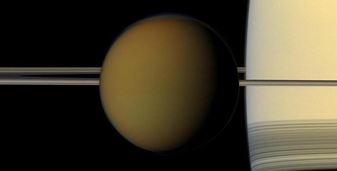 טיטאן, הגדול (והמסקרן) בירחי שבתאי החיצוניים, על רקע שבתאי וטבעותיו. קרדיט: NASA/JPL-Caltech/Space Science Institute
