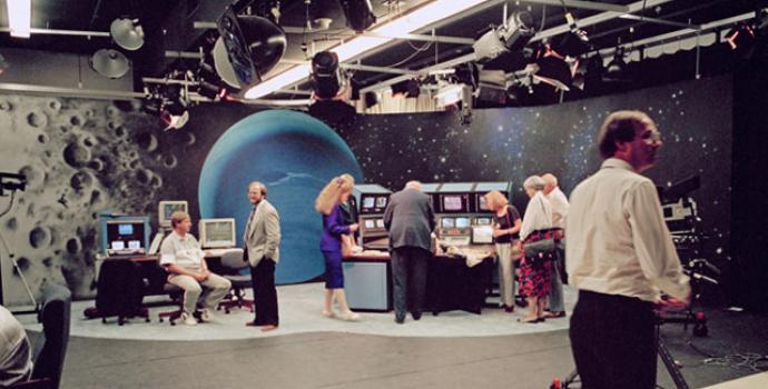 """מעבר וויאג'ר 2 ליד נפטון עורר התרגשות רבה. זהו אולפן הטלוויזיה של נאס""""א שממנו נמסרו דיווחי חלליות וויאג'ר. קרדיט: NASA/JPL-Caltech"""