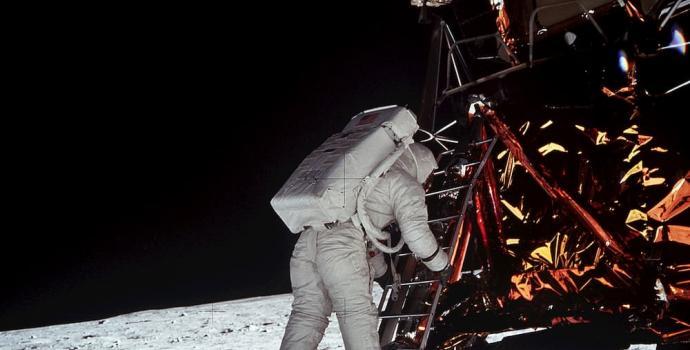 באז אולדרין בירידה לירח