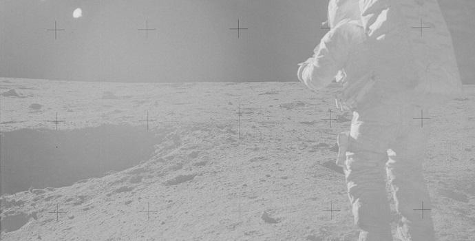 האסטרונאוט אדגר מיטשל, ממשימת אפולו 14, מתקרב למכתש קון (Cone)
