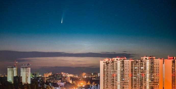 השביט NEOWISE מעל אודסה, אוקראינה, ב-10 ביולי. קרדיט: Andrey Nikolenko