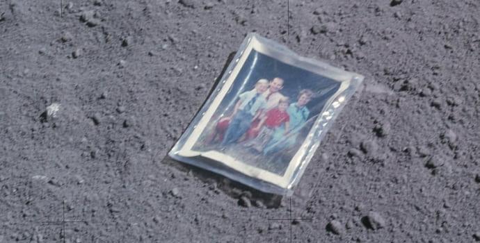 התמונה של משפחת דיוק על הירח, בעטיפת ניילון. קרדיט: NASA
