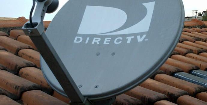 """צלחת לוויין בפורטוגל. תחנת השידור משדרת את התוכנית שלכם ב""""יס"""" או ב""""הוט"""" ללוויין, הוא משדר אותה לצלחות הלוויין – ומשם לממירים."""