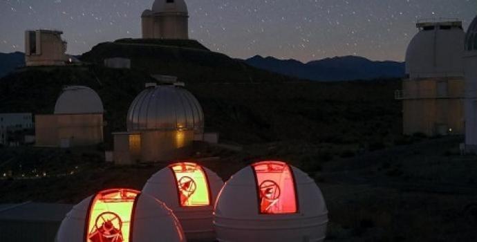 מערך הטלסקופים ExTrA בלה-סילה | קרדיט: ESO/Emmanuela Rimbaud