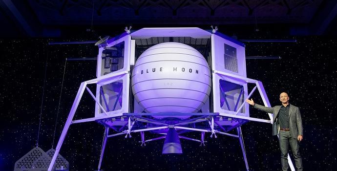 בזוס, האיש העשיר בעולם, מציג דגם (בקנה מידה אמיתי) של החללית החדשה בלו מון. קרדיט: Blue Origin